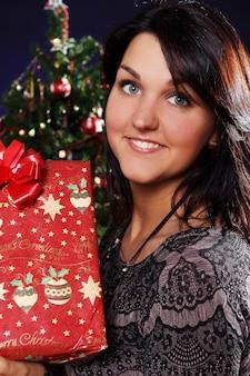 クリスマスプレゼントで幸せな女