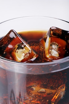 ガラスの新鮮なコーラを飲む