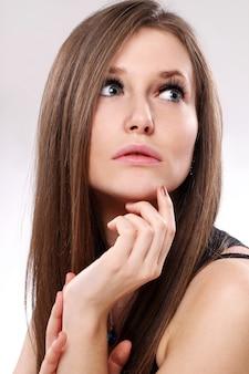 Красивая женщина с длинными волосами
