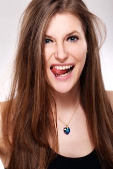 舌でピアスを持つ若い女性