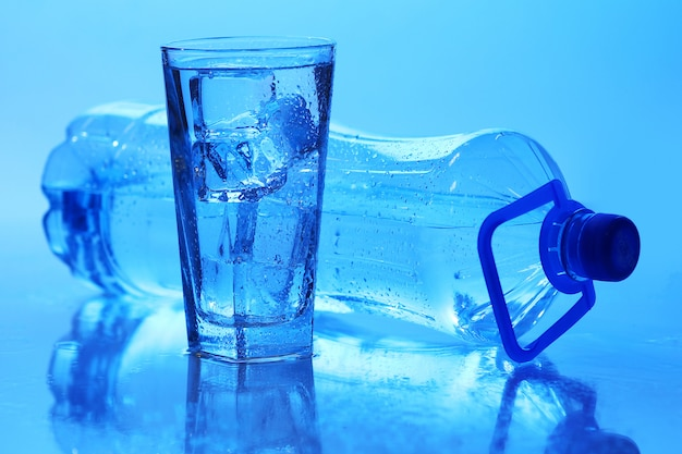 氷の入った透明な水