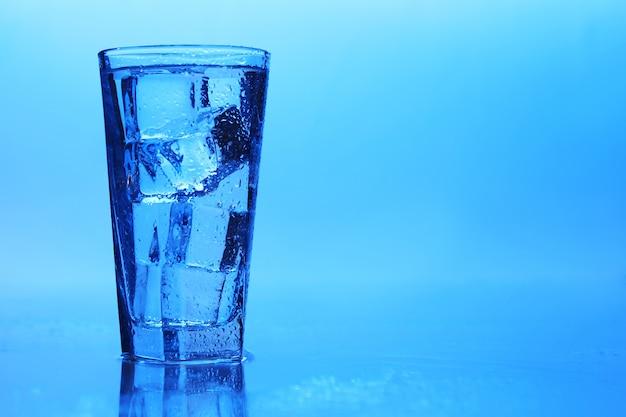 Кристально чистая вода со льдом