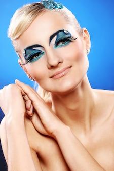 芸術的な化粧品で美しいブロンド