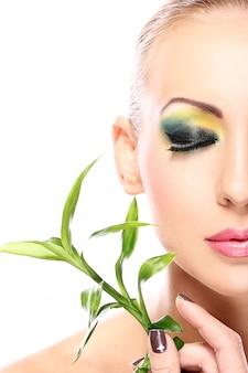 Красивая блондинка с бамбуковыми листьями