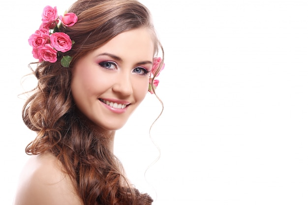 髪にバラで美しい女性