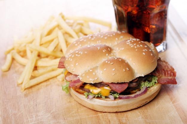 Большой бургер и чипсы