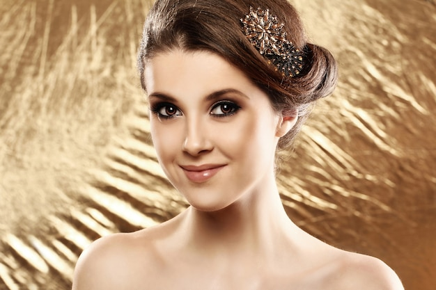 Красивая женщина с брошкой в волосах