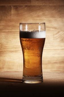 Стакан пива на деревянной поверхности