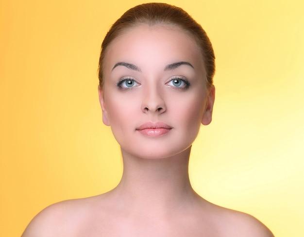 黄色の美しい少女