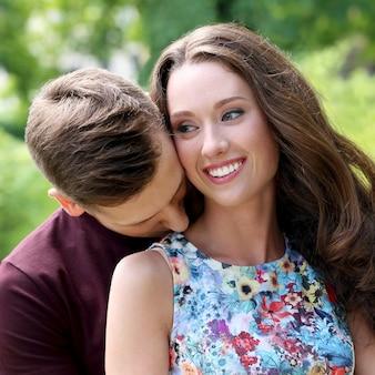 Красивая пара в парке