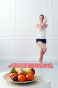 Стиль жизни. красивая девушка во время тренировки йоги