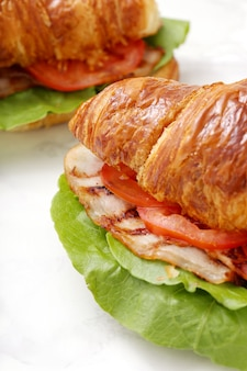 Овощной круассан сэндвич