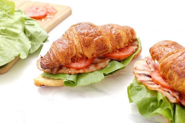 野菜のクロワッサンサンドイッチ