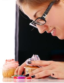女性とカップケーキ