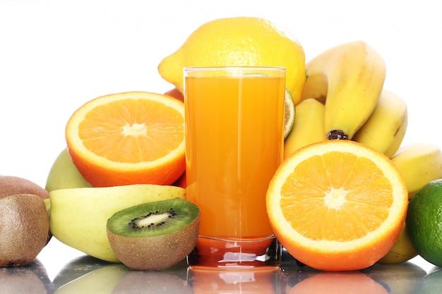 新鮮なフルーツジュースのガラス