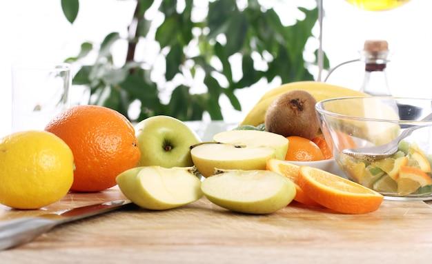 Свежие фрукты на кухонном столе