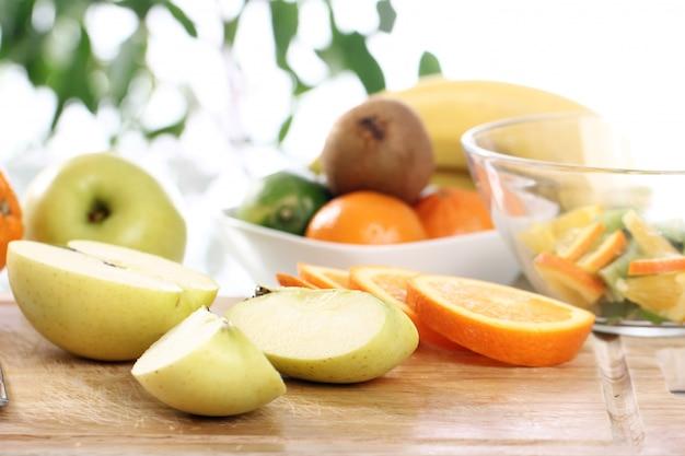 キッチンテーブルの上の新鮮な果物