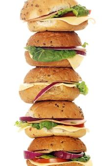 Домашние бутерброды, изолированные на белом