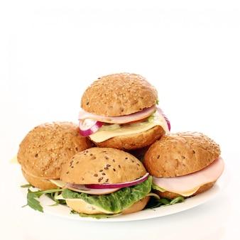白で隔離される自家製サンドイッチ