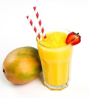 Полезный фруктовый смузи с клубникой