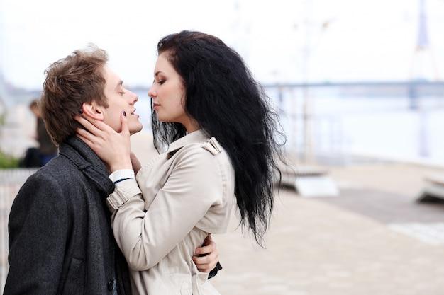 Красивая пара на открытом воздухе