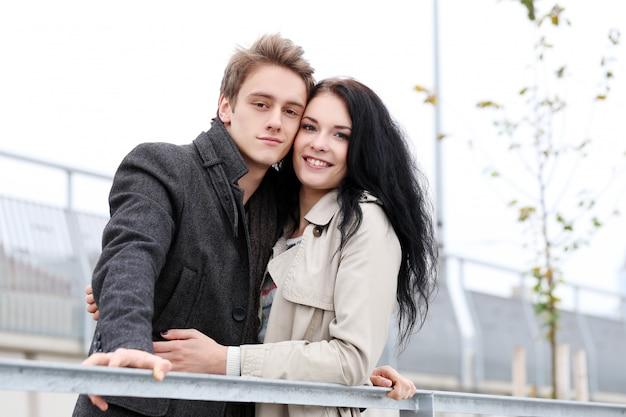 Милая пара, хорошо провести время на улице