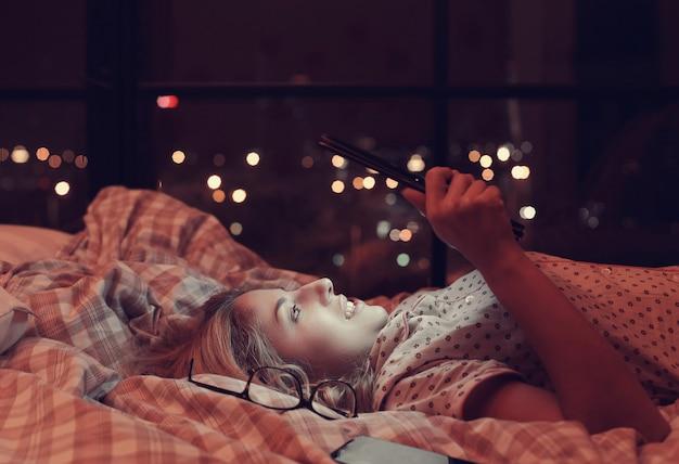 ベッドの中で少女