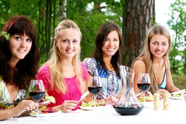 ワインを飲む美しい女の子のグループ