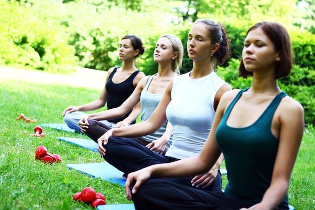 Молодые и привлекательные девушки делают упражнения фитнес