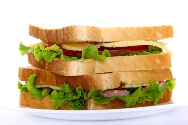 Свежий бутерброд с овощами и помидорами