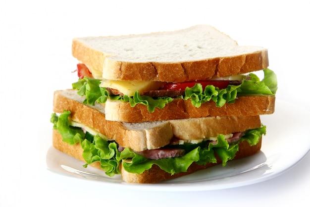 サラミと野菜の新鮮なサンサンドイッチ