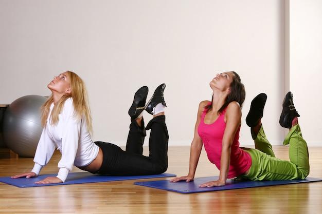 Красивая молодая женщина на тренировке фитнеса