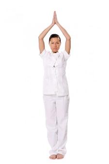ヨガの練習を行うスポーツ女性