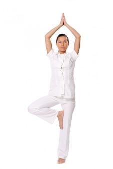 Спортивная женщина делает упражнения йоги
