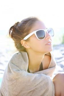 ビーチでセクシーで美しい女性