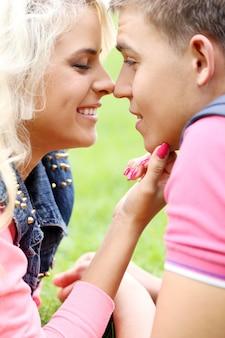 Молодая пара, выражая свои чувства в парке