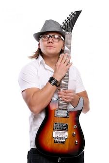 Молодой привлекательный мужчина с гитарой