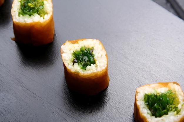 テーブルの上の白い寿司