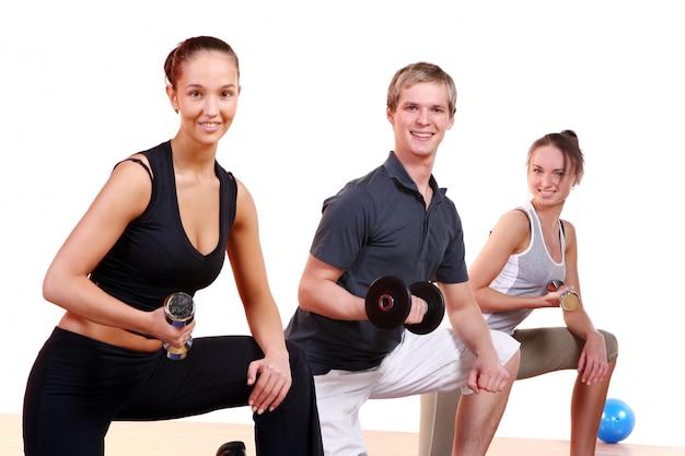 フィットネス運動をしている人々のグループ