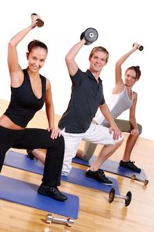 Группа людей, делающая фитнес-упражнения