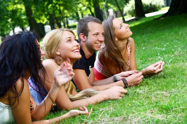 公園でティーンエイジャーのグループ