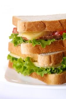 野菜とトマトの新鮮なサンドイッチ