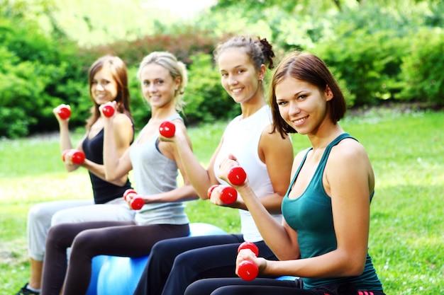 Молодые и привлекательные женщины делают упражнения фитнес