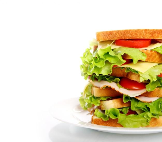 Большой бутерброд на тарелке