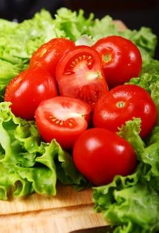 新鮮で濡れたトマト