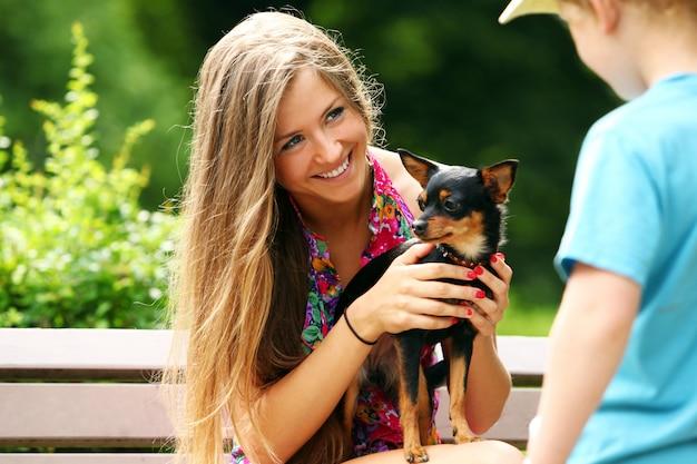 彼女の犬を示す若い女性