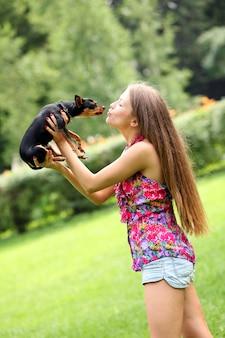 彼女の犬と幸せな若い女