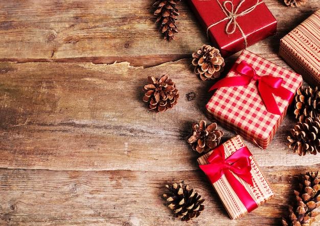 Старинные подарки на деревянном фоне