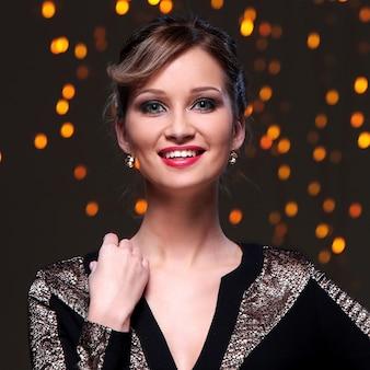 Красивая девушка позирует во время празднования нового года