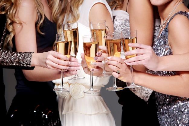 シャンパングラスで新年のお祝い